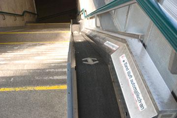 monte-bagage dans la gare de Cologne